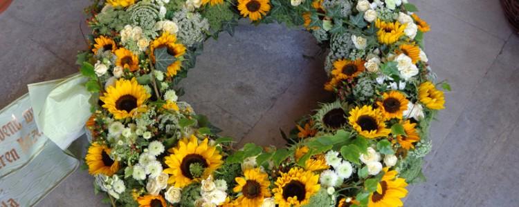 Rosen_und_Sonnenblumen_aufgelockert