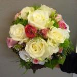 Brautstrauss weiss mit pink und gruenen Akzenten