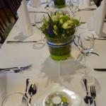festliche Tischdekoration in weiss blau