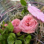 Ewige Rose im Korb dekoriert